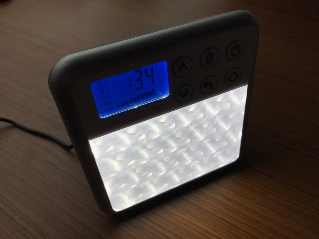 最大20,000ルクスの光を照射する光目覚まし時計inti SQUARE