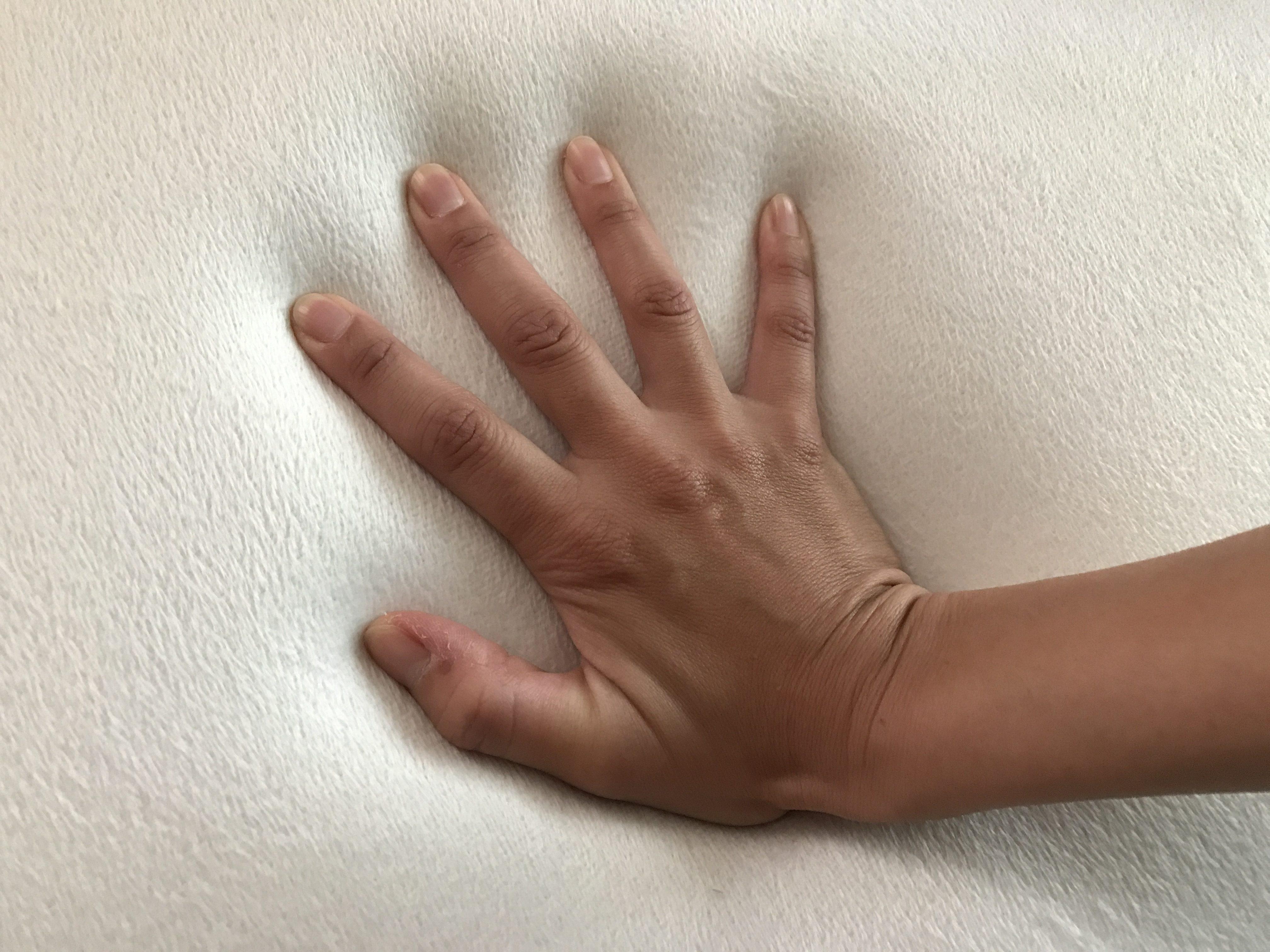 手で結構力をこめて押し込んでみたときの凹み具合