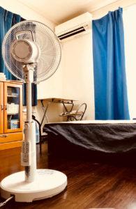 エアコンと扇風機で寝室の空気を冷やす